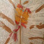 Composition visuelle avec des fils, des épices dans un livre ouvert