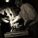 yiannis stefanakos faisant le dj dans un club à athènes
