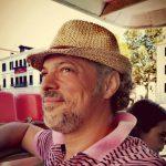 homme portant un chapeau en terrasse de bistrot