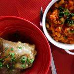 souris d'agneau et haricots à la tomate sur fond rouge