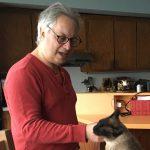 Photo du journaliste et écrivain Jason Weiss avec son chat