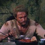 terence hill dans le rôle de trinita, mangeant des haricots