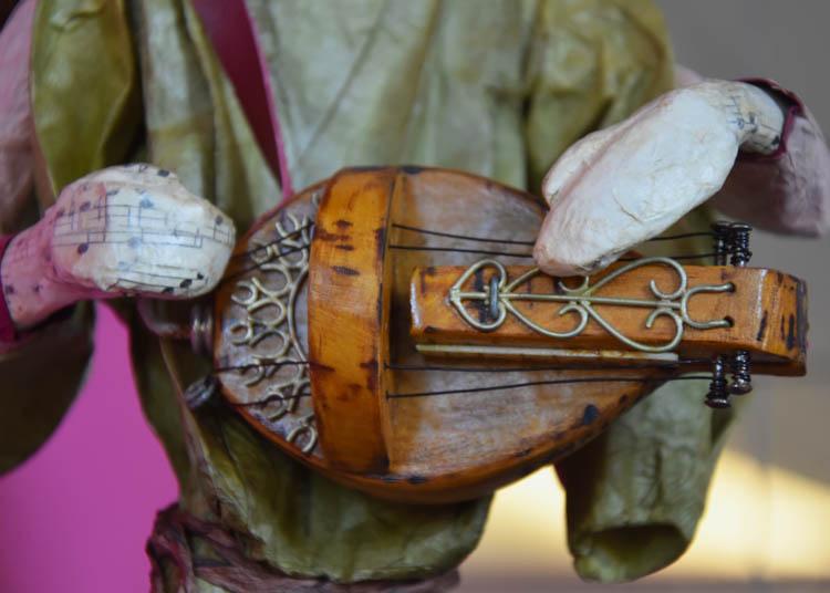 Joueur de vielle à roue, santon habillé de Malook (détail)