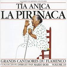 pochette blanche avec un dessin de la Pirinaca chantant assise sur une chaise de bois